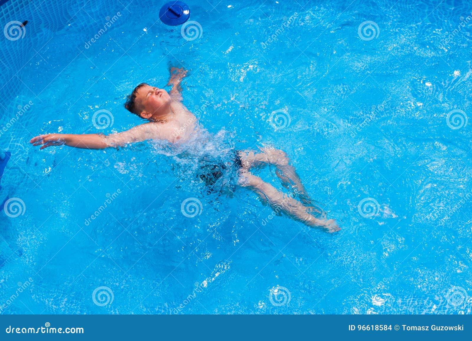 Ragazzo nel divertiresi nella piscina