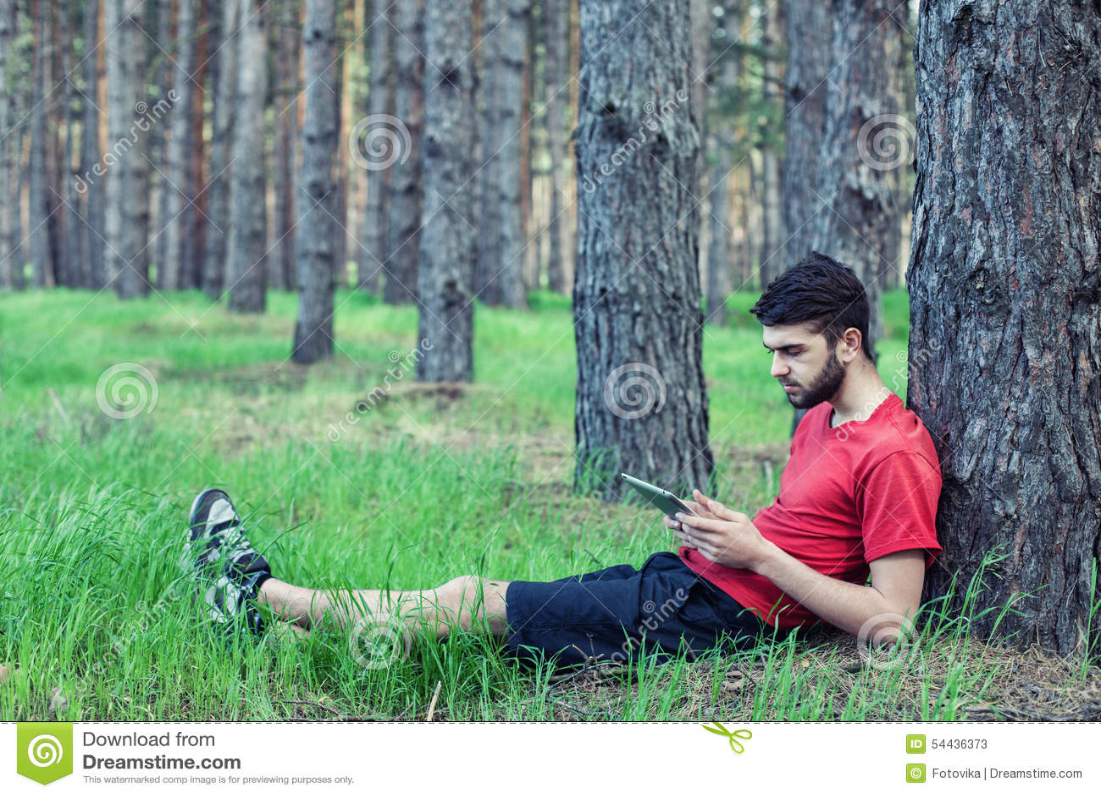 Ragazzo sotto un albero