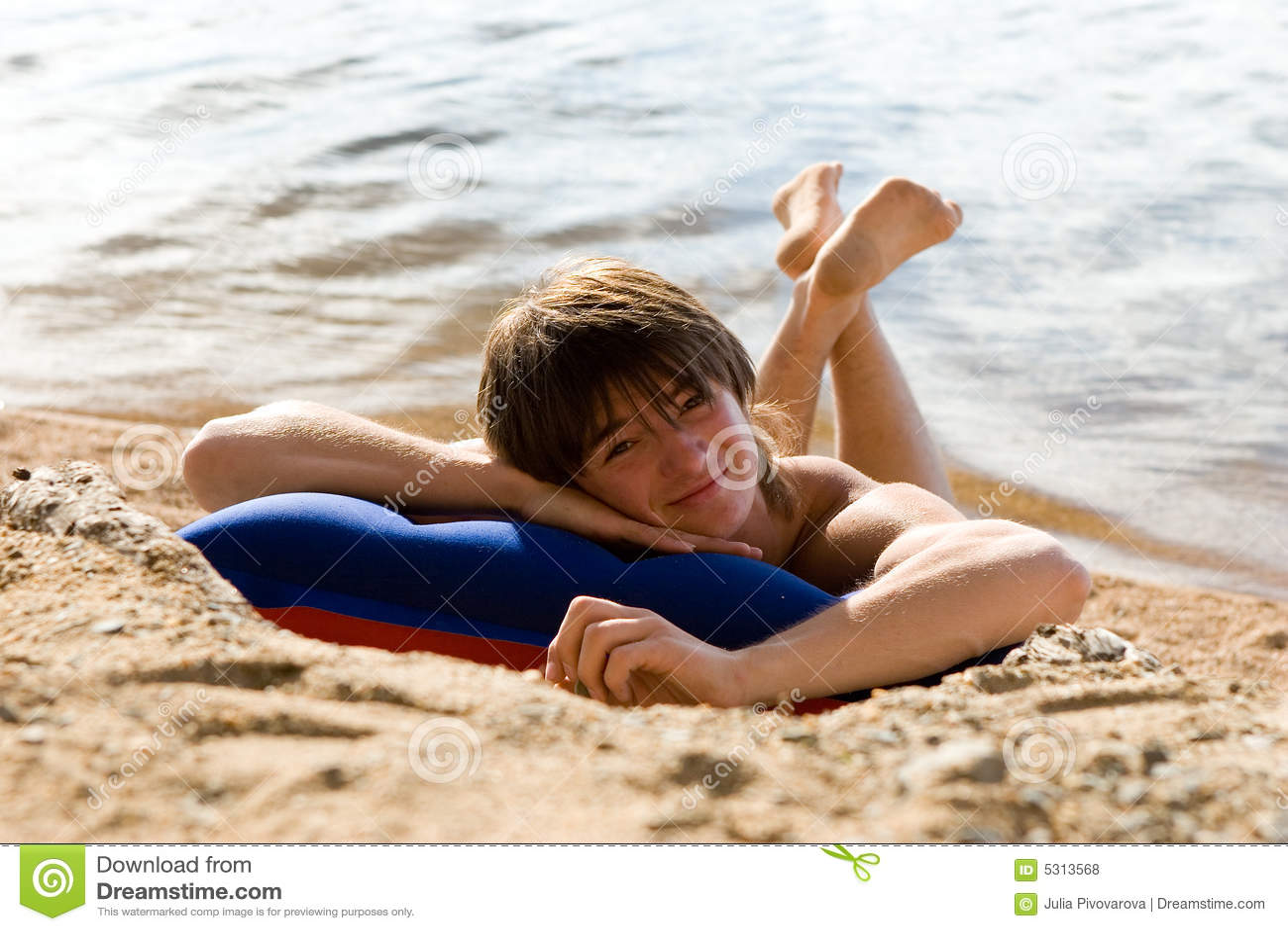 Download Ragazzo Sulla Aria-base Alla Spiaggia Piena Di Sole Fotografia Stock - Immagine di aperto, festa: 5313568
