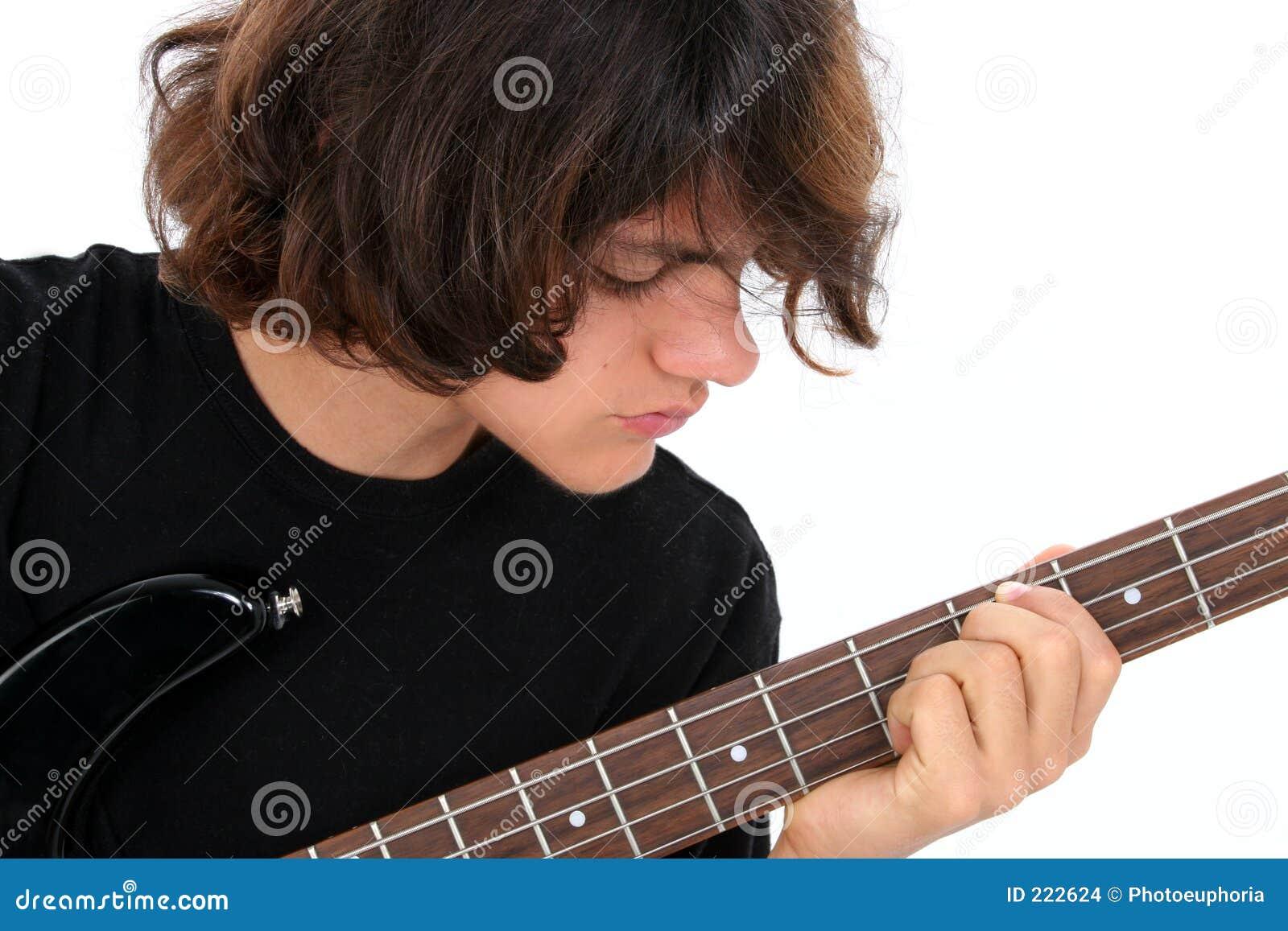 Ragazzo teenager che gioca chitarra bassa