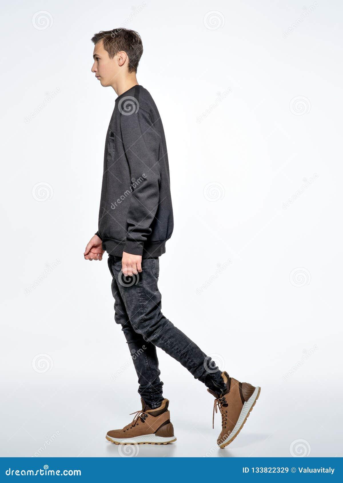 Ragazzo teenager che posa allo studio Camminata vicino
