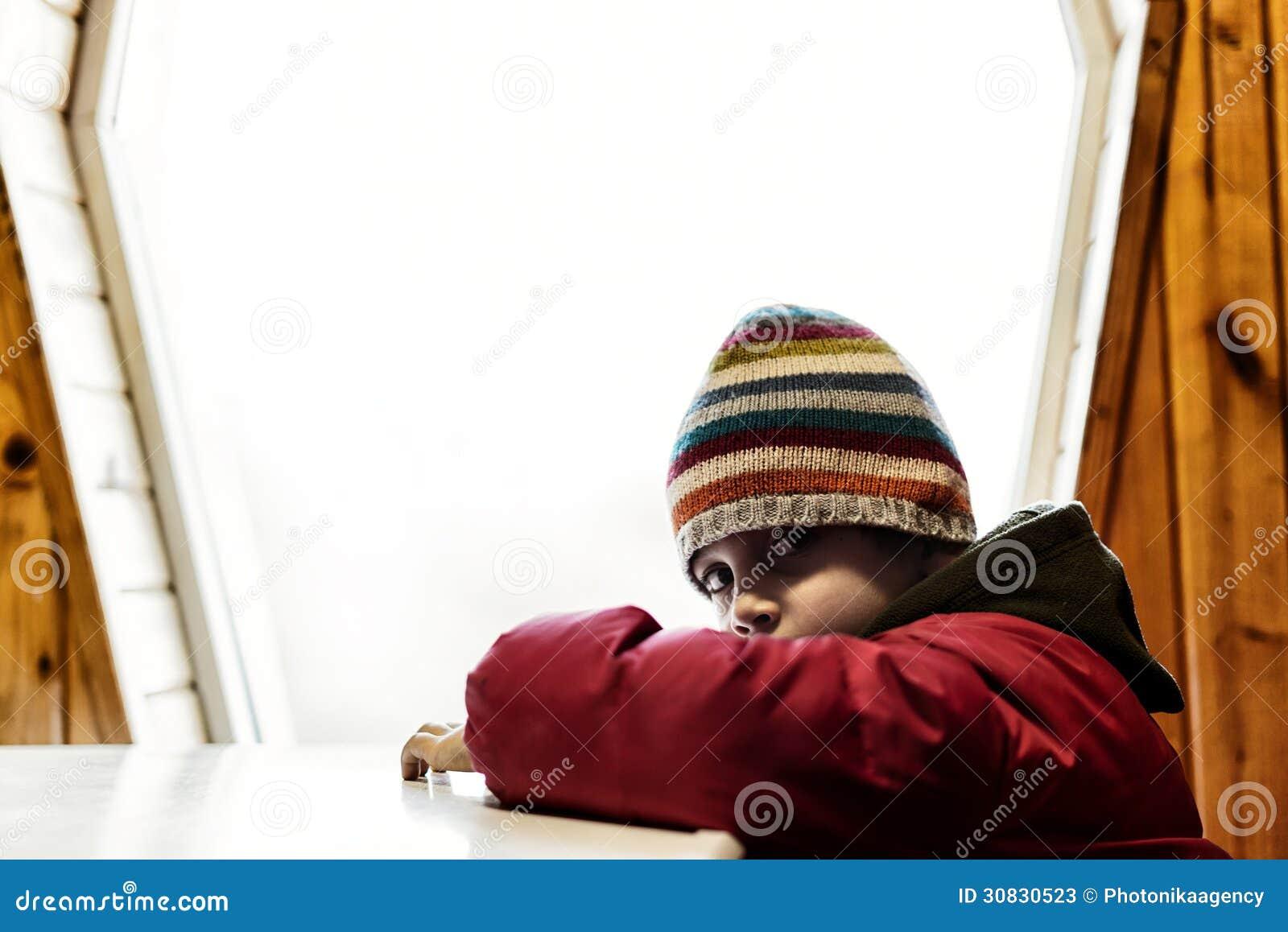 Ragazzo triste vicino alla finestra