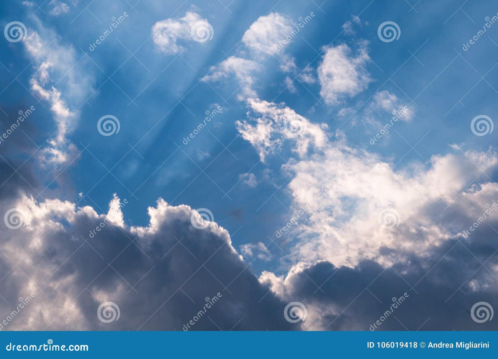 Raggi Di Sole Celesti Attraverso Le Nuvole Carta Da Parati Per Il