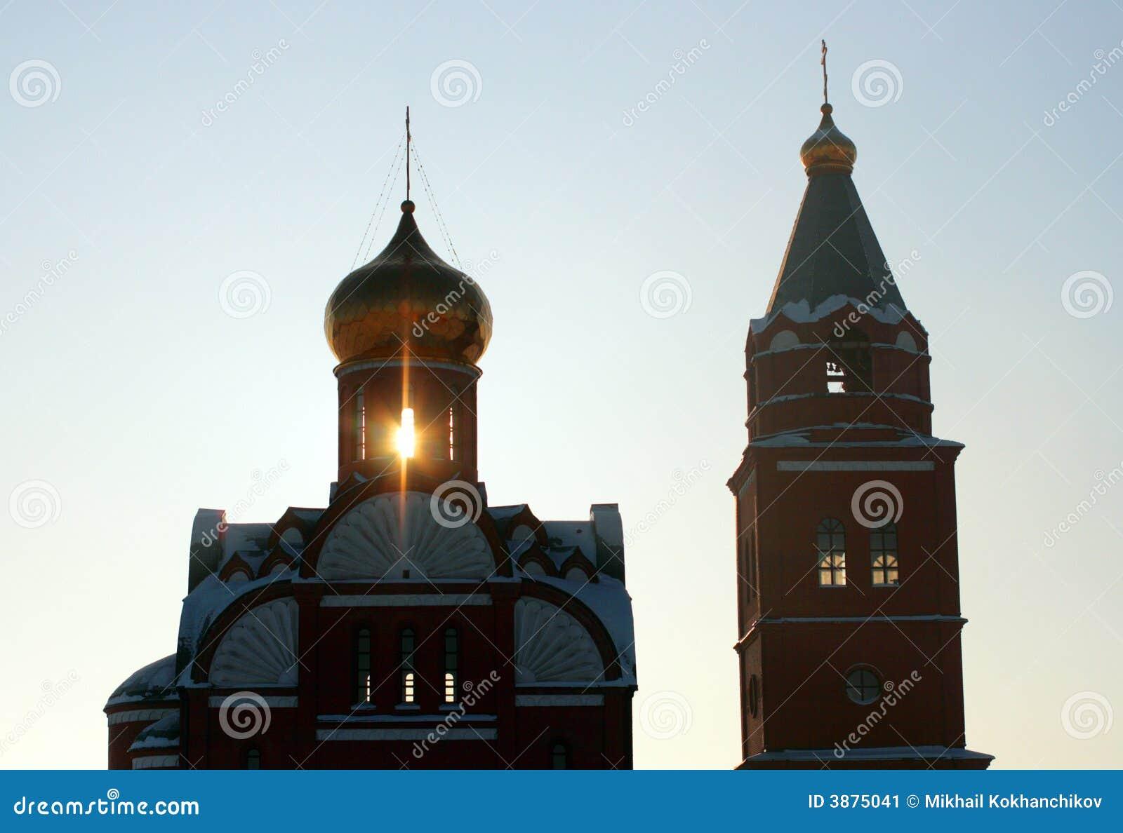 Raggio della siluetta della chiesa della depressione di illuminazione di tramonto