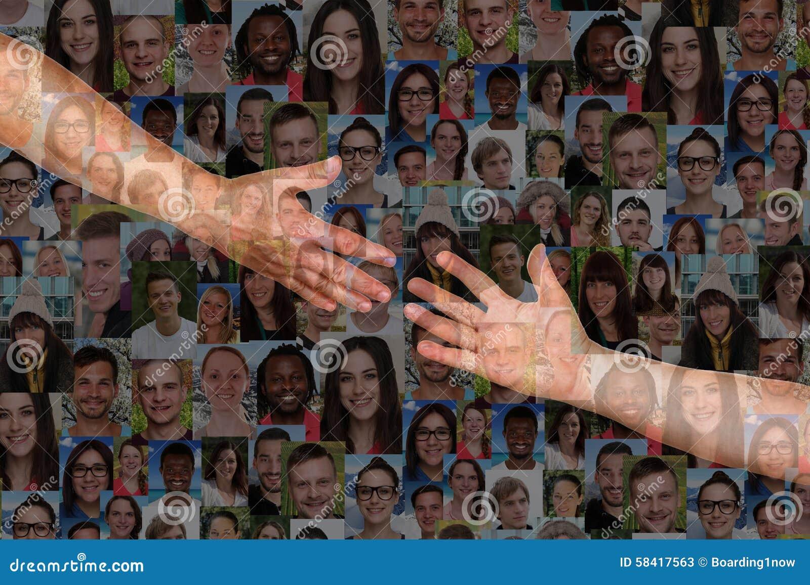 Raggiungendo le mani di una gente della mano amica salvi e sostenga