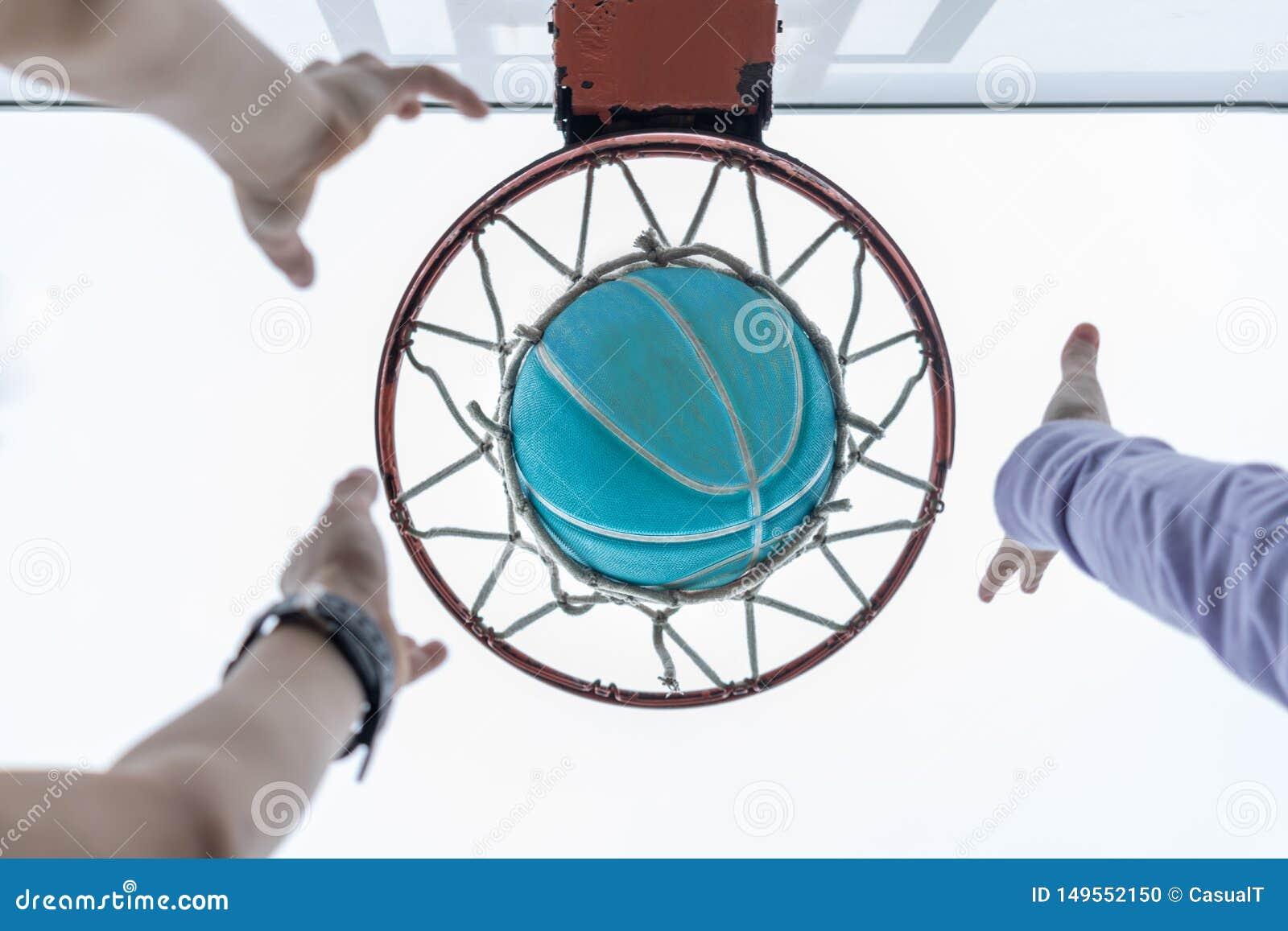 Raggiungendo per una pallacanestro nella rete