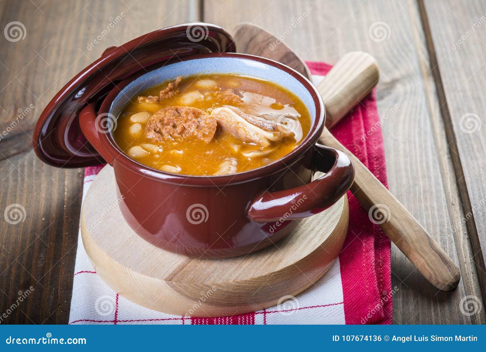 Ragoût de haricots blancs et de viande de porc