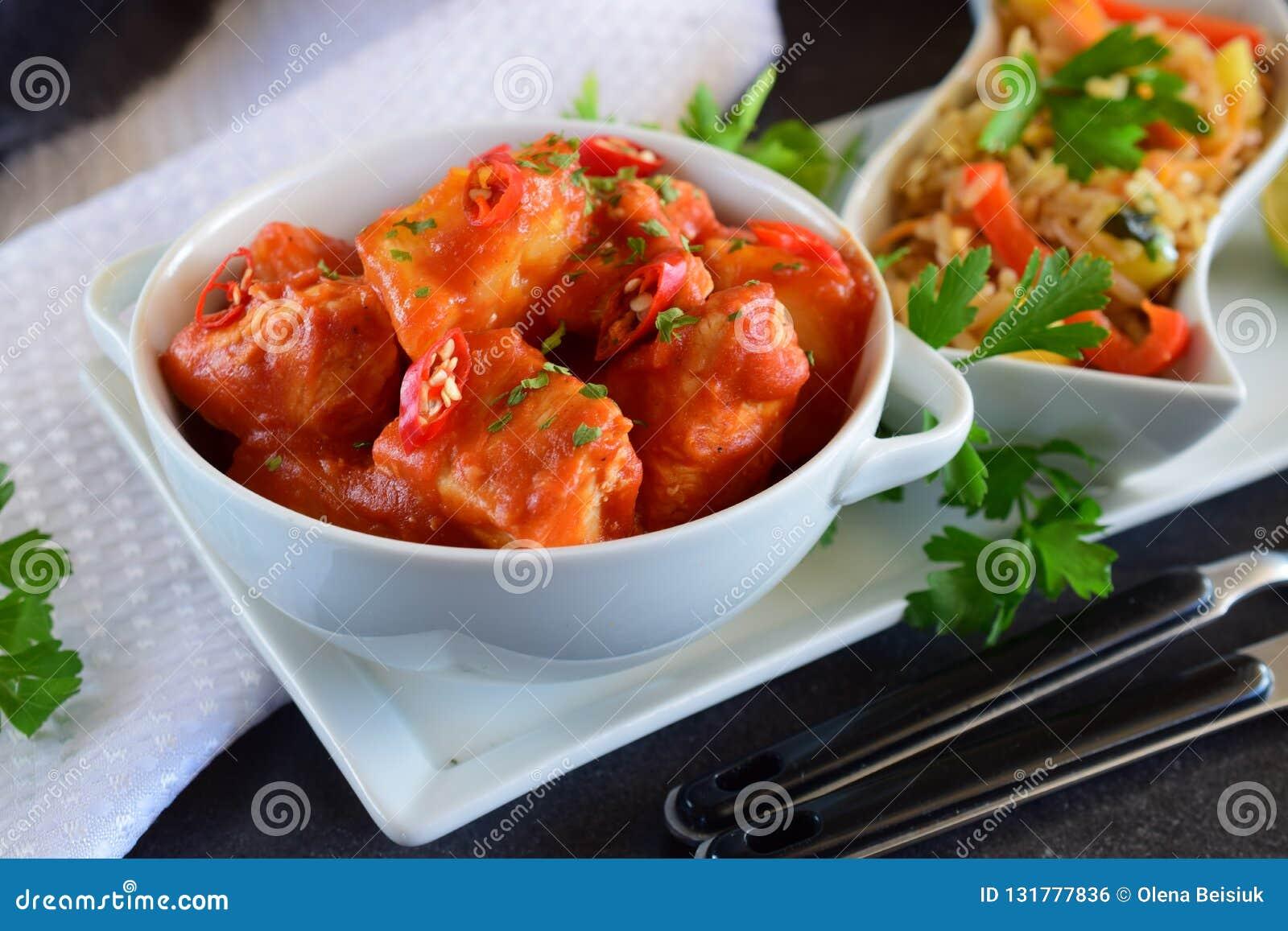 Ragoût de poulet avec la sauce tomate d ananas et de piment dans une cuvette blanche