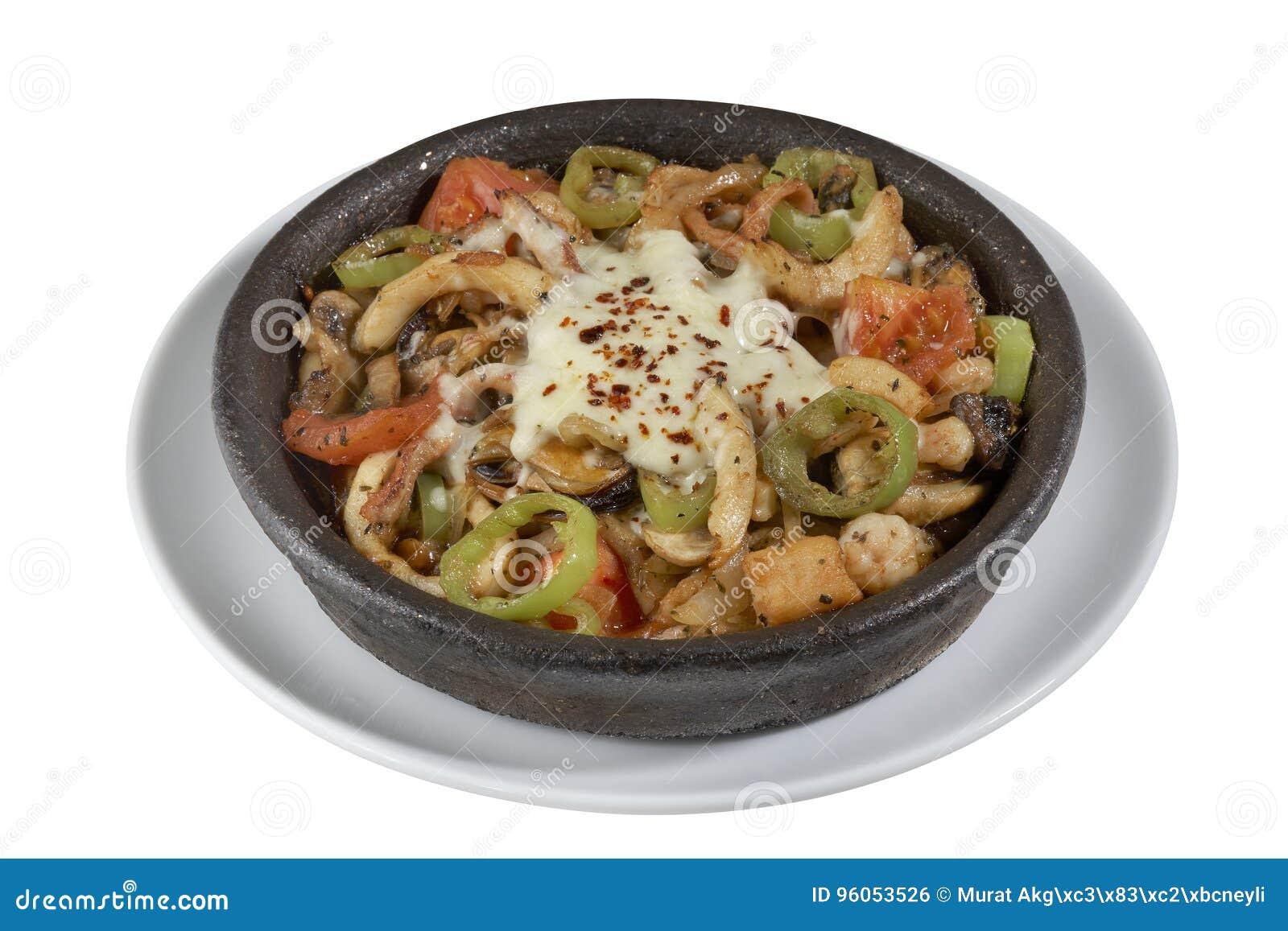 Ragoût de poissons avec les fruits de mer, le paprika et les oignons d isolement sur le fond blanc