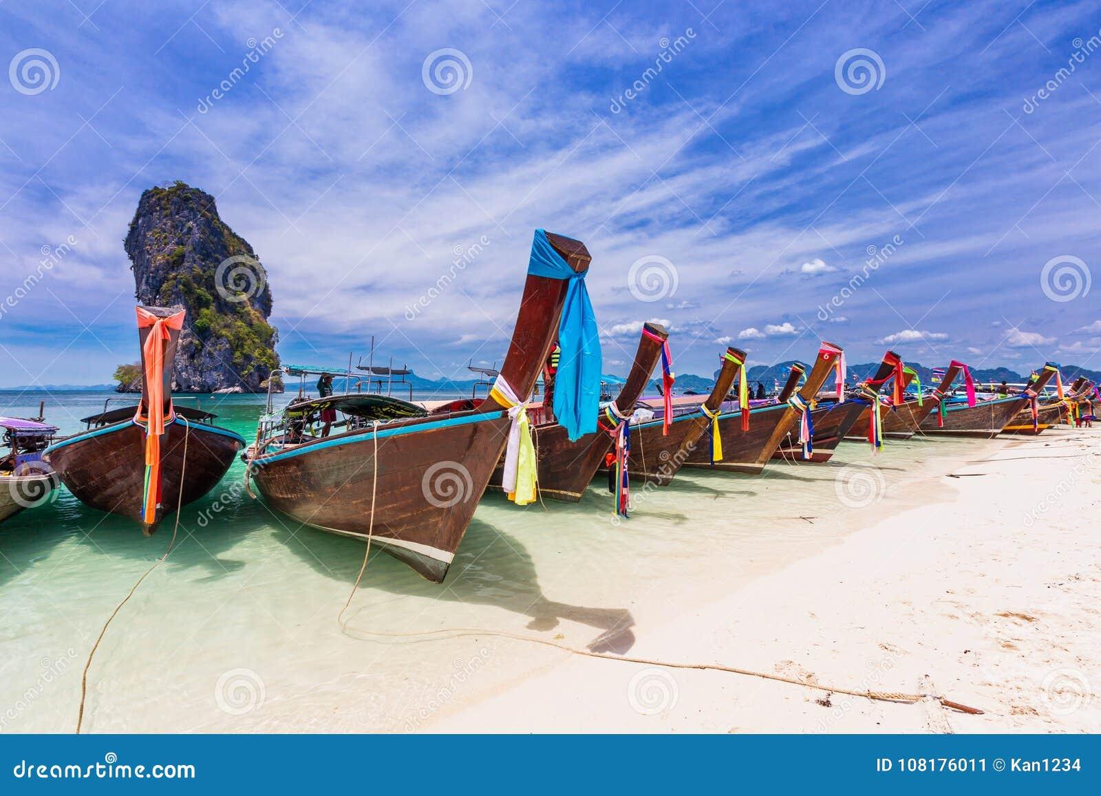 Railay strand med färgrika fartyg för lång svans i Krabi, Thailand