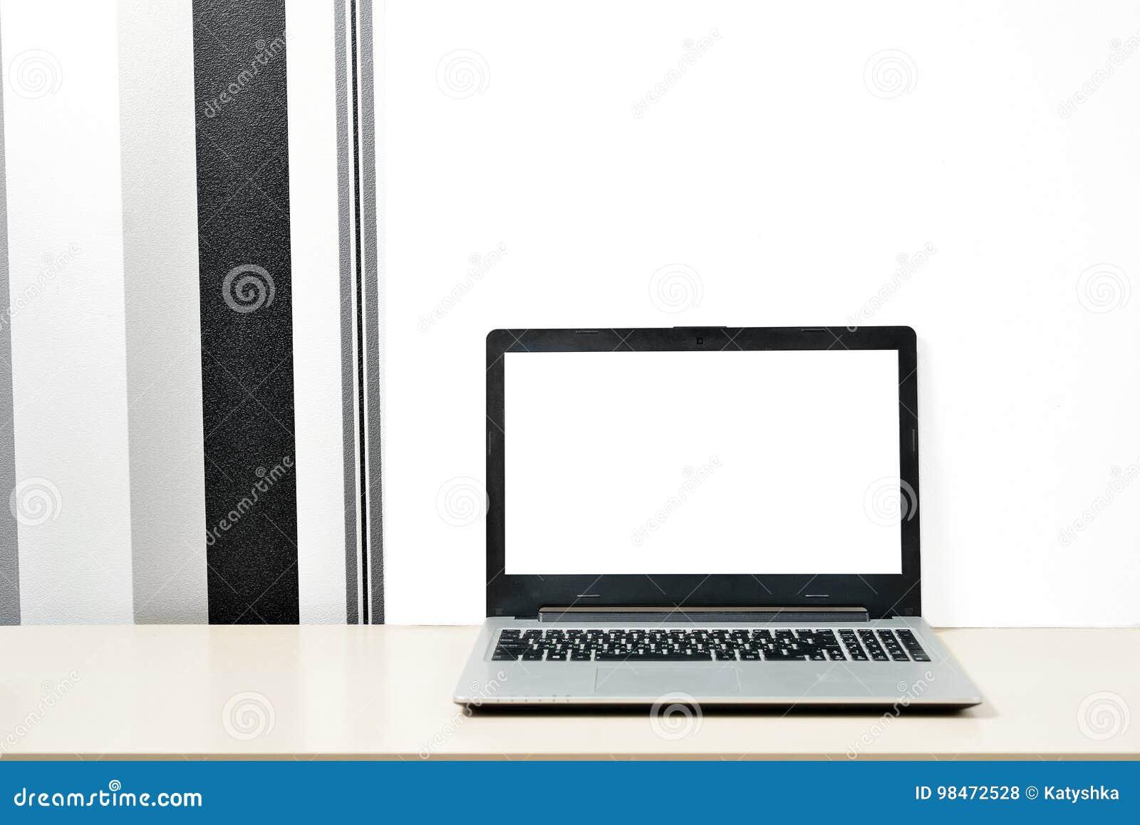 Raillez vers le haut de lordinateur portable carnet sur le bureau