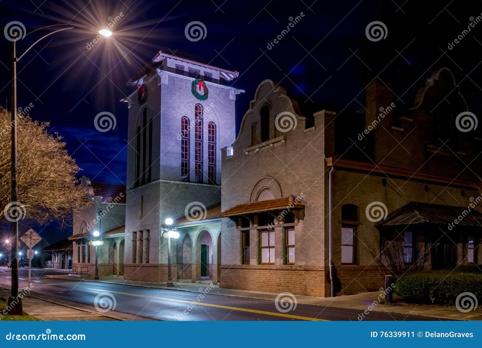 Railroad o depósito em Salisbúria NC fotografado na noite;