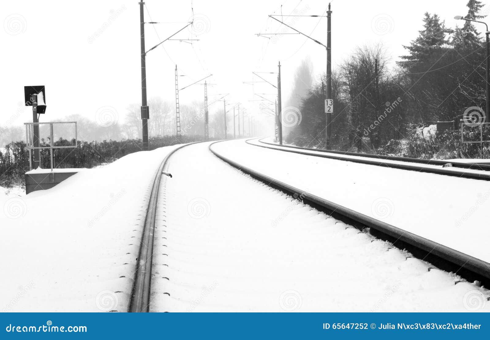 Rails dans la neige brumeuse