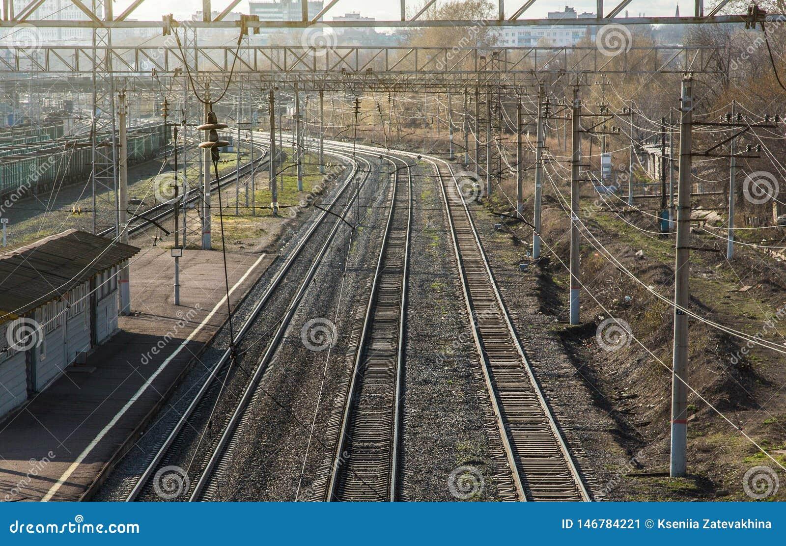 Railways двухгусеничные рельсы покидая расстояние и станция