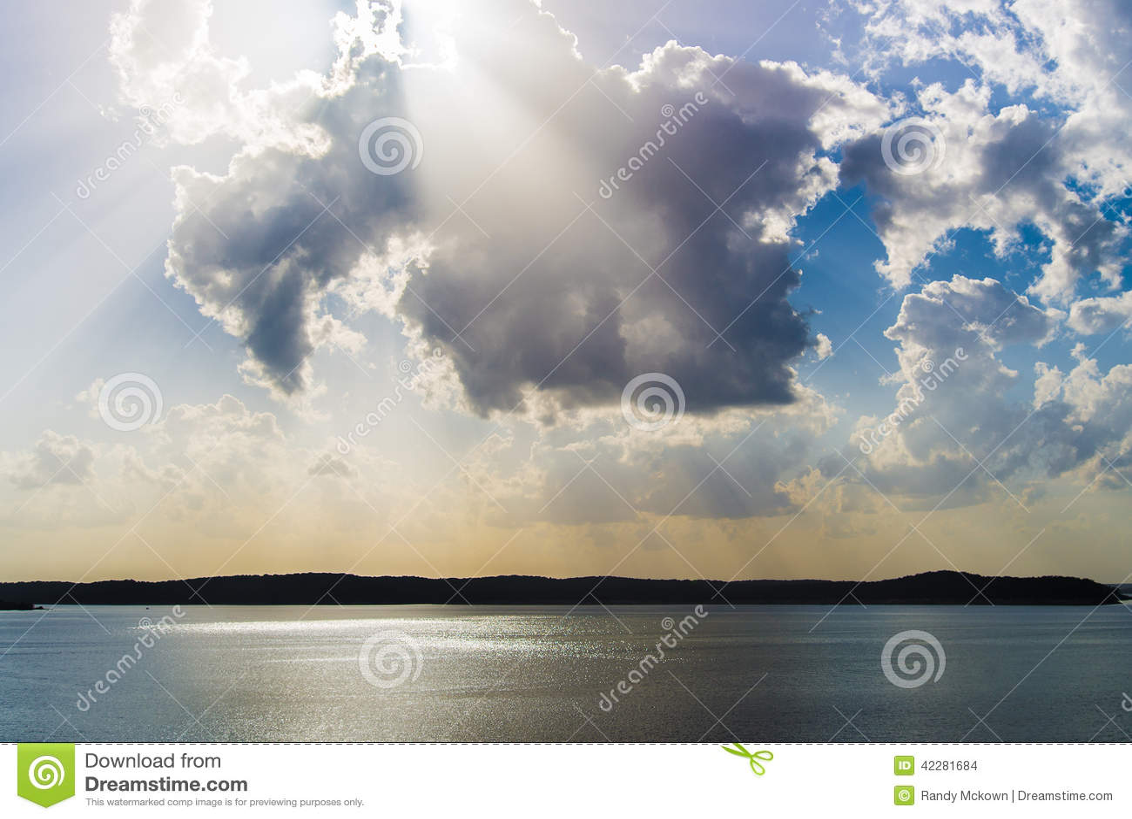 Raios claros do nascer do sol/por do sol sobre o lago