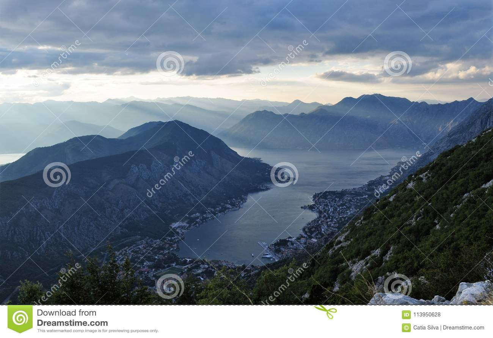 Raios de sol que iluminam a cidade e a baía de Kotor