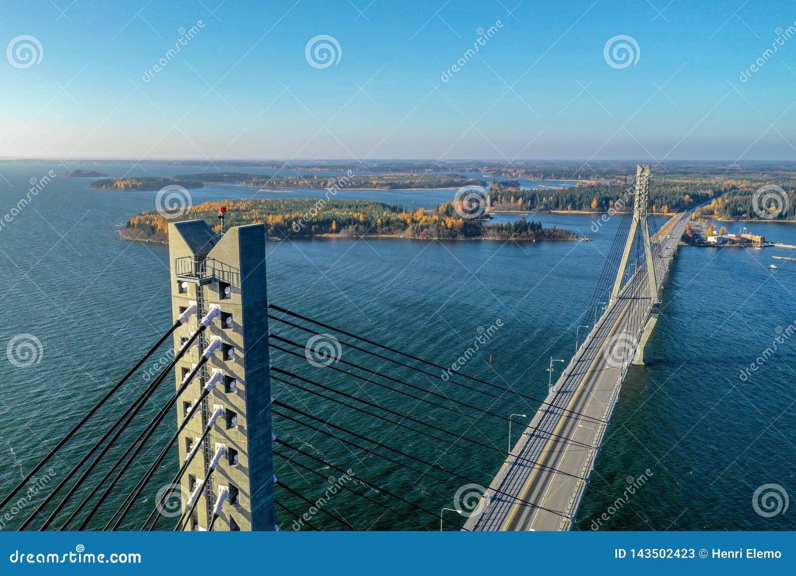 Raippaluoto, Финляндия - 14-ое октября 2018: Самый длинный мост Финляндии на Raippaluoto захватил с трутнем на солнечный день