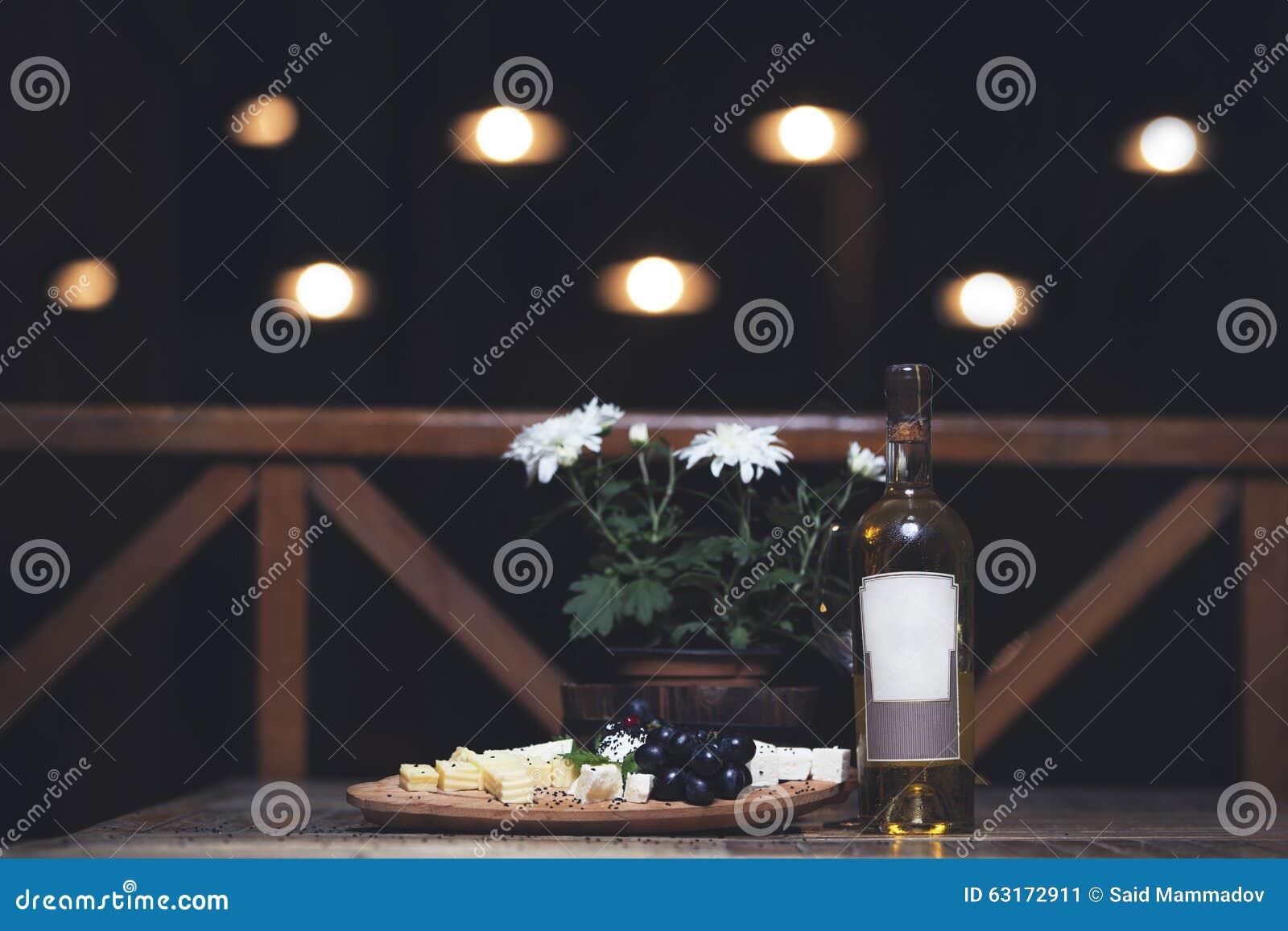 Raisin, fromage, figues et miel avec du vin blanc