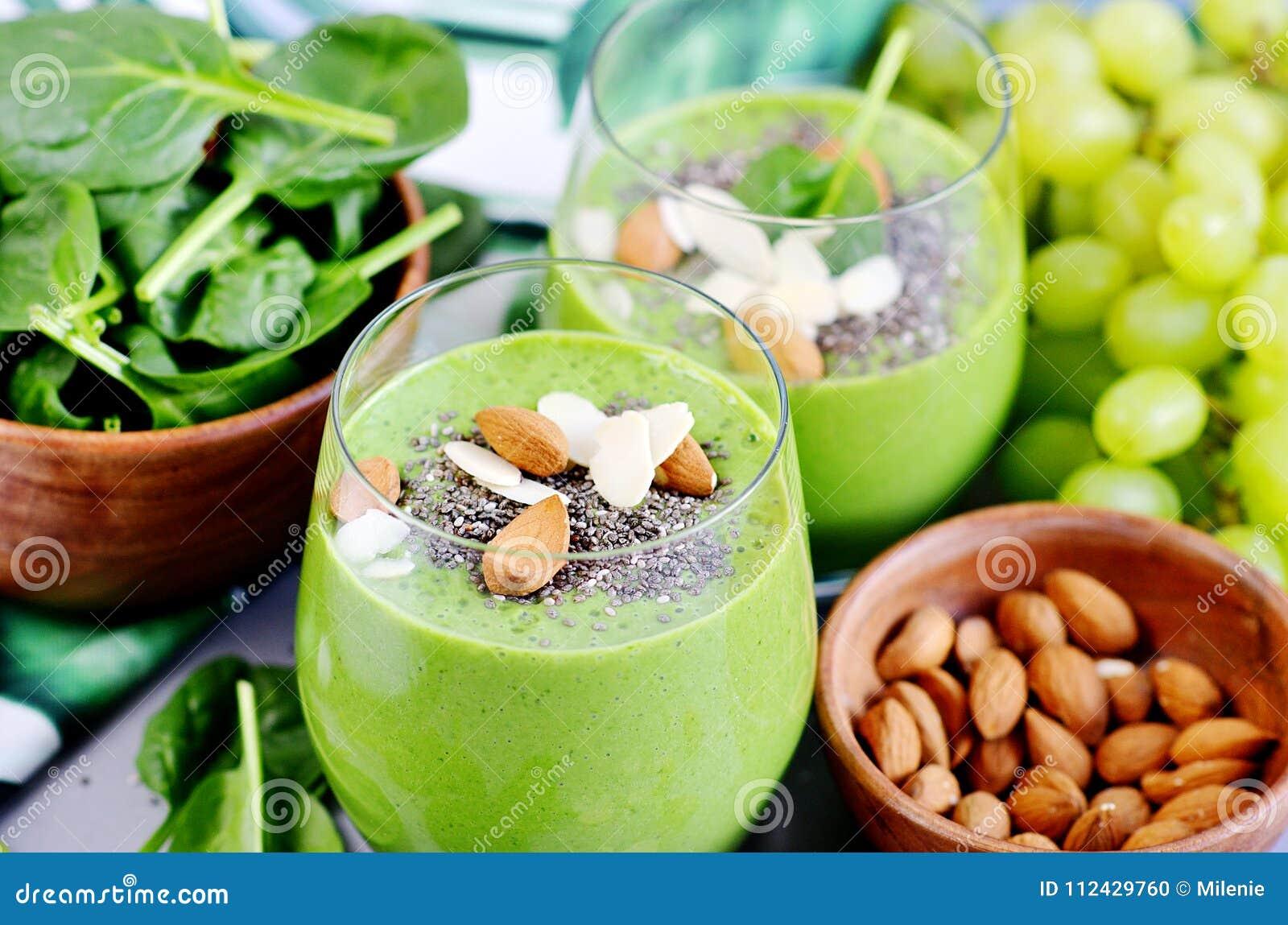Raisin vert d Apple d épinards de légumes de Smoothies avec Chia Seeds et des amandes