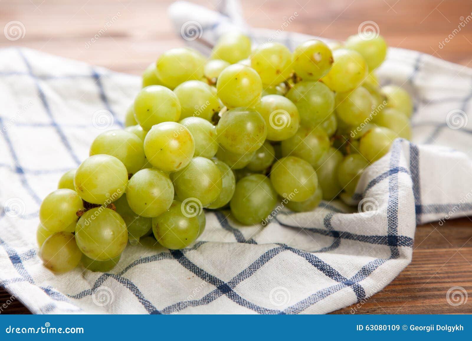 Download Raisins Délicieux Sur Une Table De Cuisine Image stock - Image du bois, raisins: 63080109