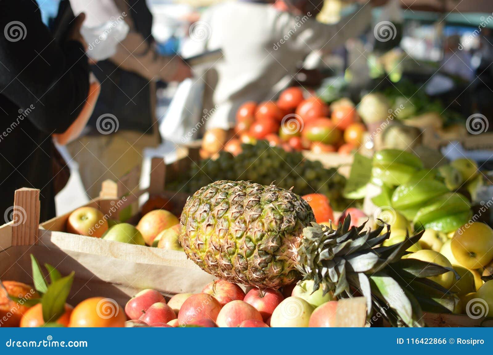 Raisins et ananas frais sur l épicerie dans le supermarché saison de fruit vitamines et santé
