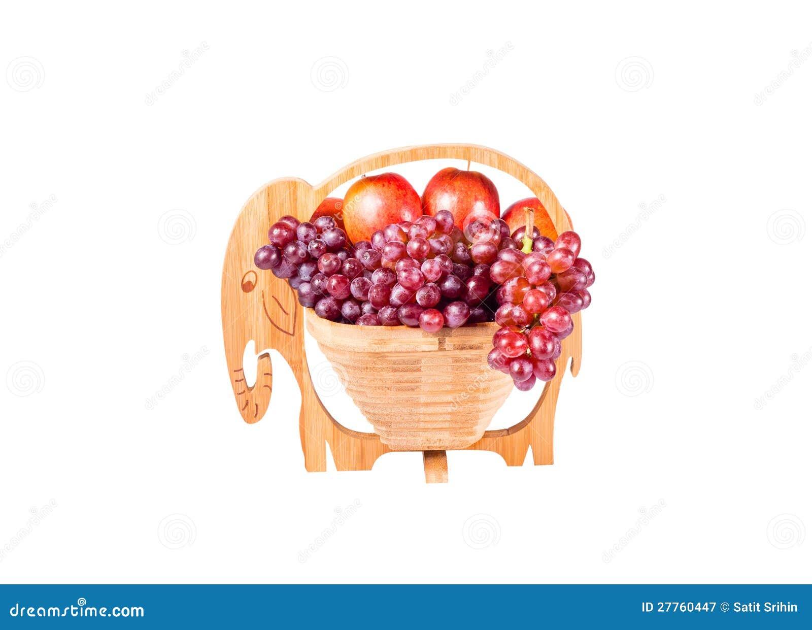 Raisins rouges et pommes dans le panier en bois