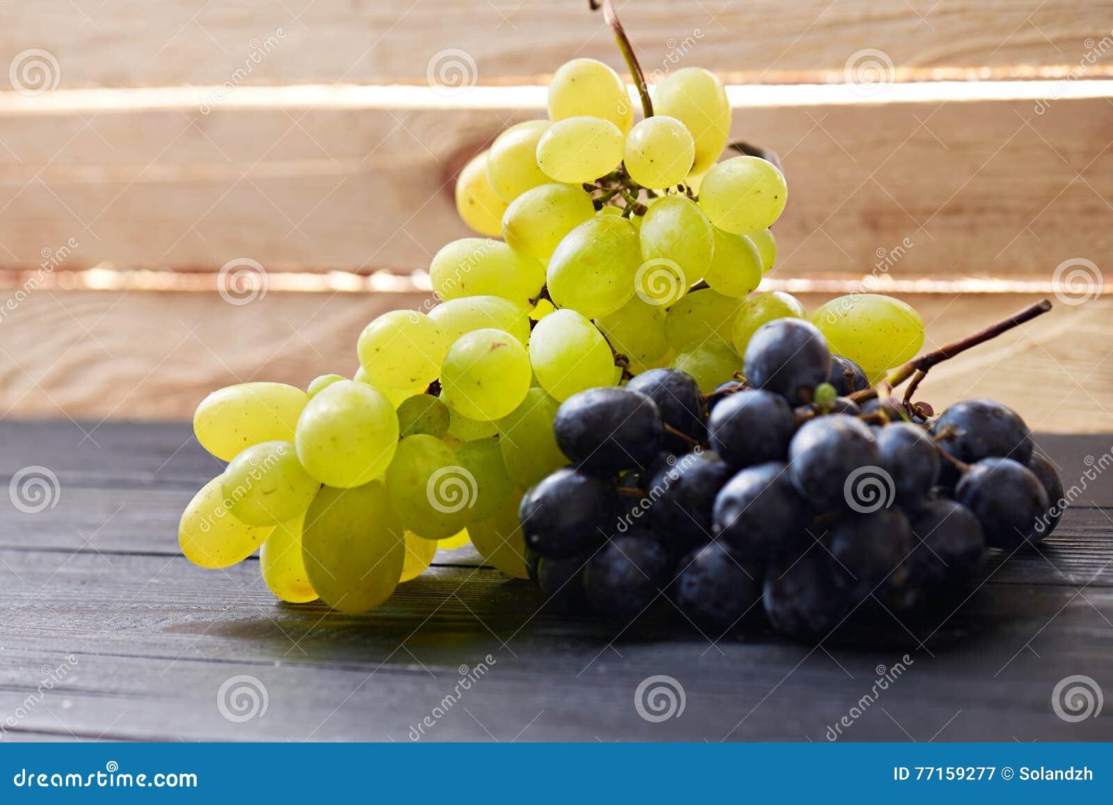 Raisins sur une table en bois