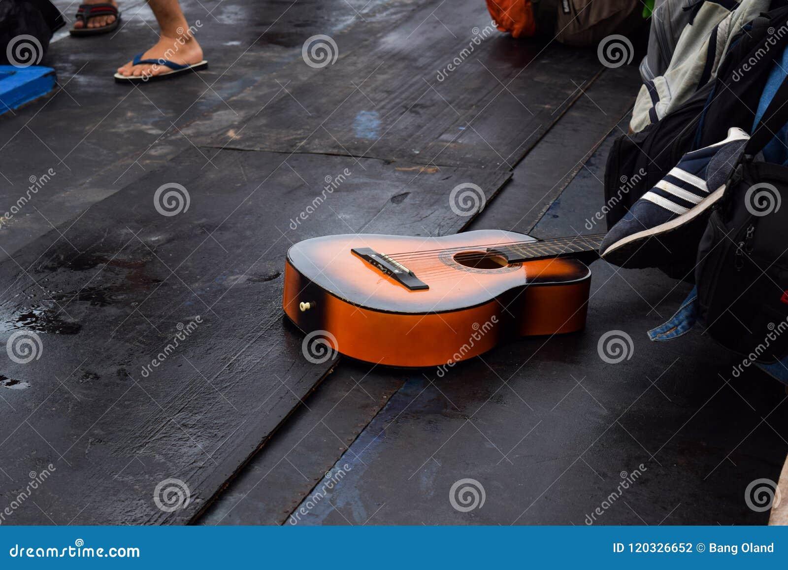 RAJABASA, BANDAR LAMPUNG, INDONESIË 03 JULI, 2018: Was de gitaar bruine kleur in de boot in Sebesi-eiland, Indonesië