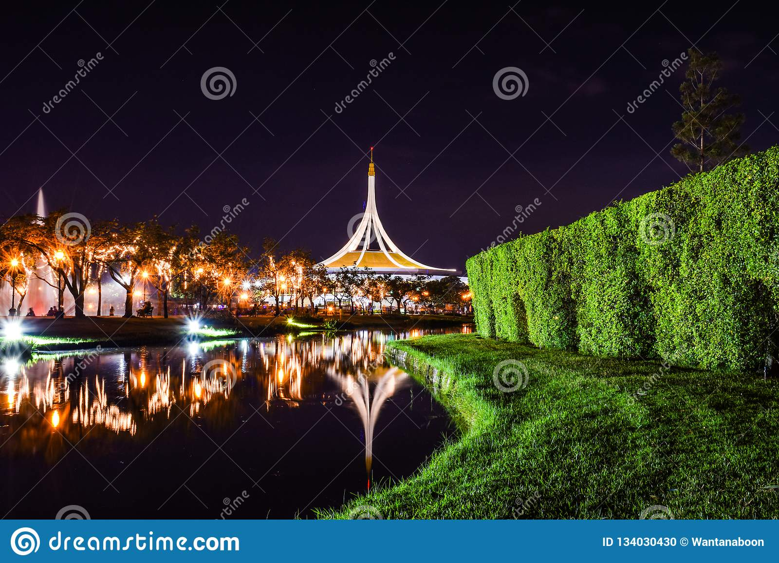 Rajamangala Hall pendant la nuit au parc public