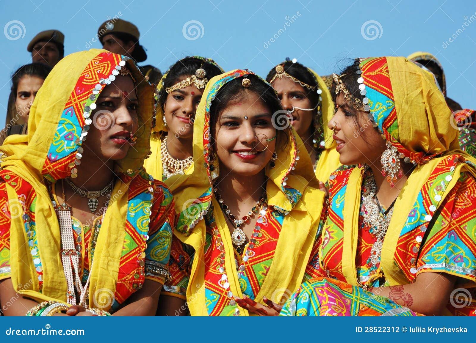 Rajasthani Schulmädchen bereiten vor sich, Leistung an Pushkar Kamel ehrlich zu tanzen