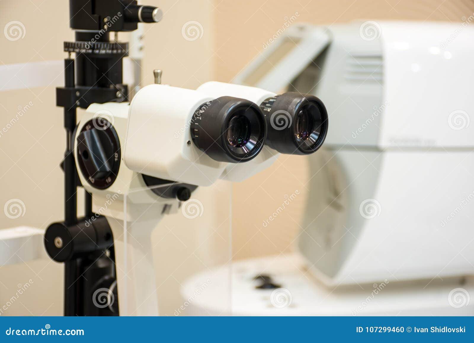 Raje la lámpara en la oficina de diagnóstico del equipamiento médico microscópico de diagnóstico de Ophthalmic del oftalmólogo de