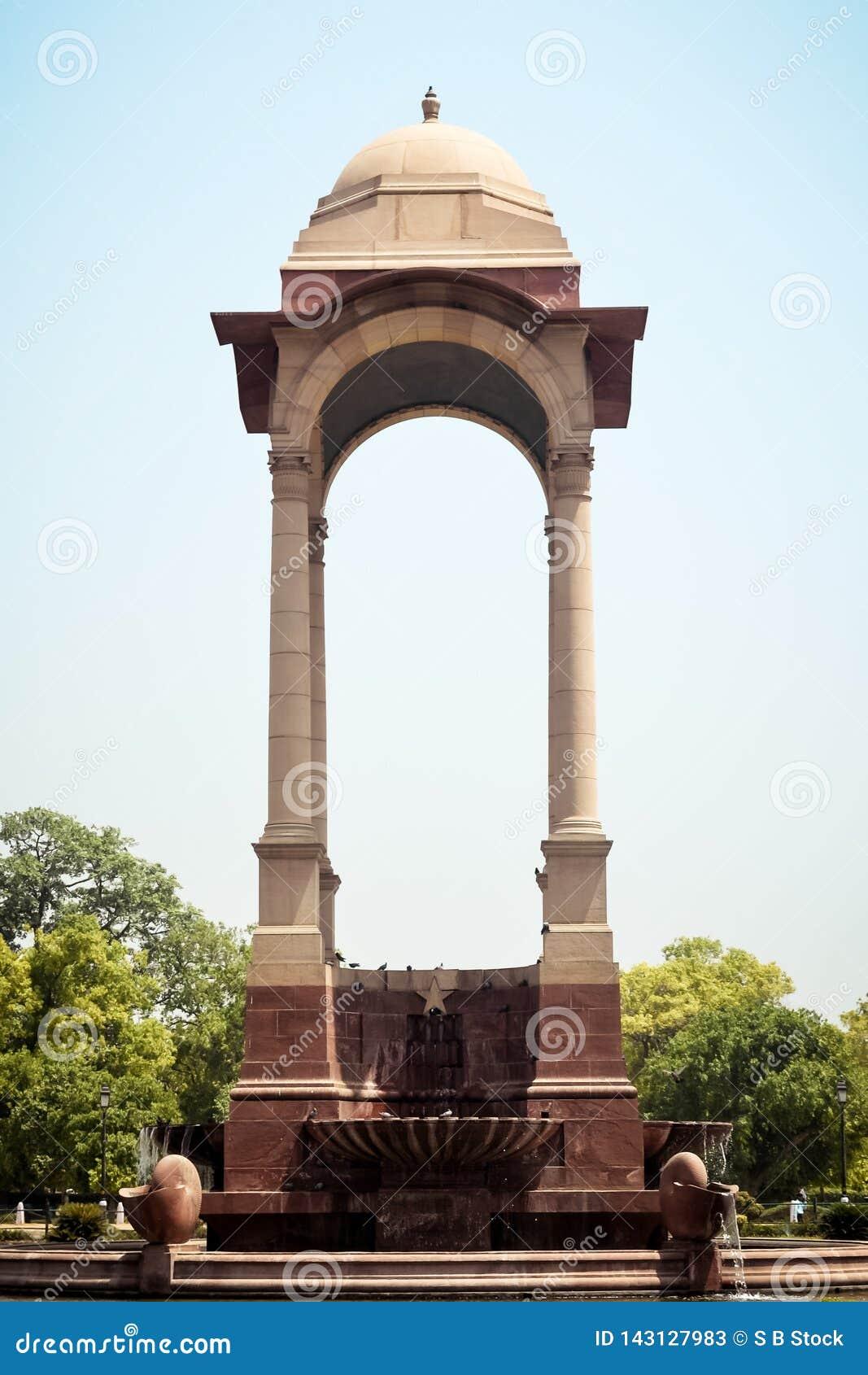 Rajpath, colina de Raisina, India Gate, Nueva Deli, la India enero de 2019: El toldo vacante, construido en piedra arenisca roja,