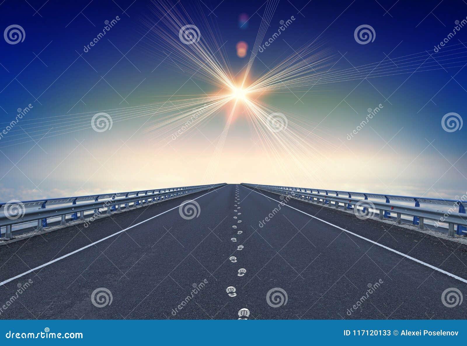 Rak motorway med fotspår och en lodestar över horisont