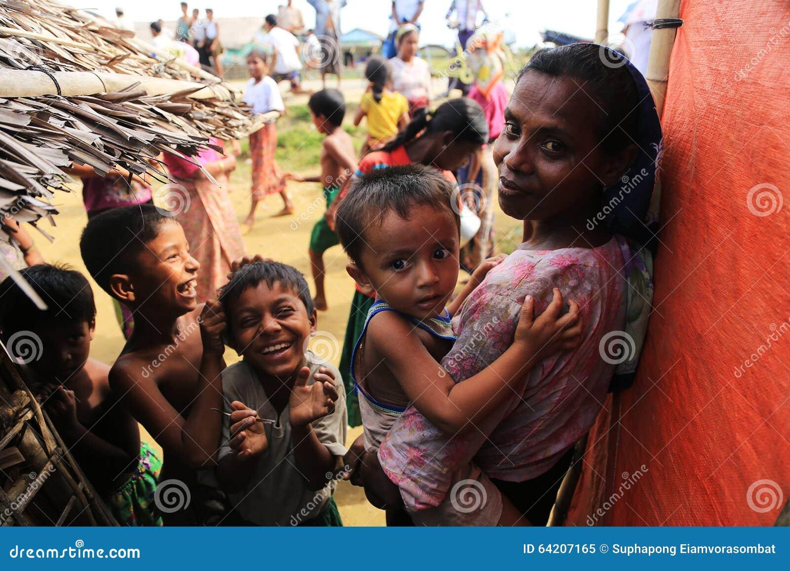 RAKHINE stan MYANMAR, LISTOPAD, - 05: Setki Muzułmański Rohingya cierpią surowego niedożywianie w zatłoczonych obozie w Myanm