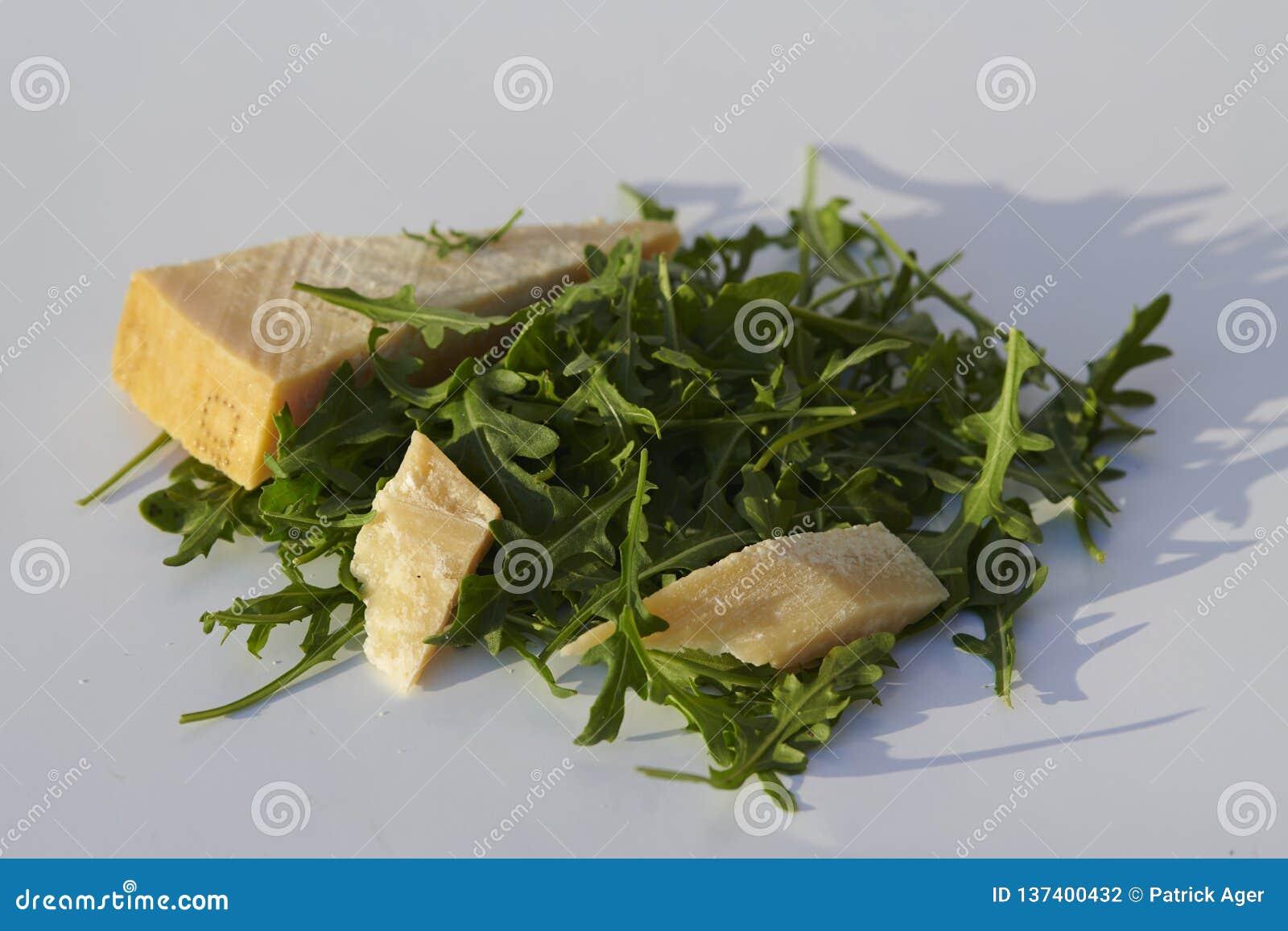 Rakietowi liście i Włoski ciężki ser na popielatym tle