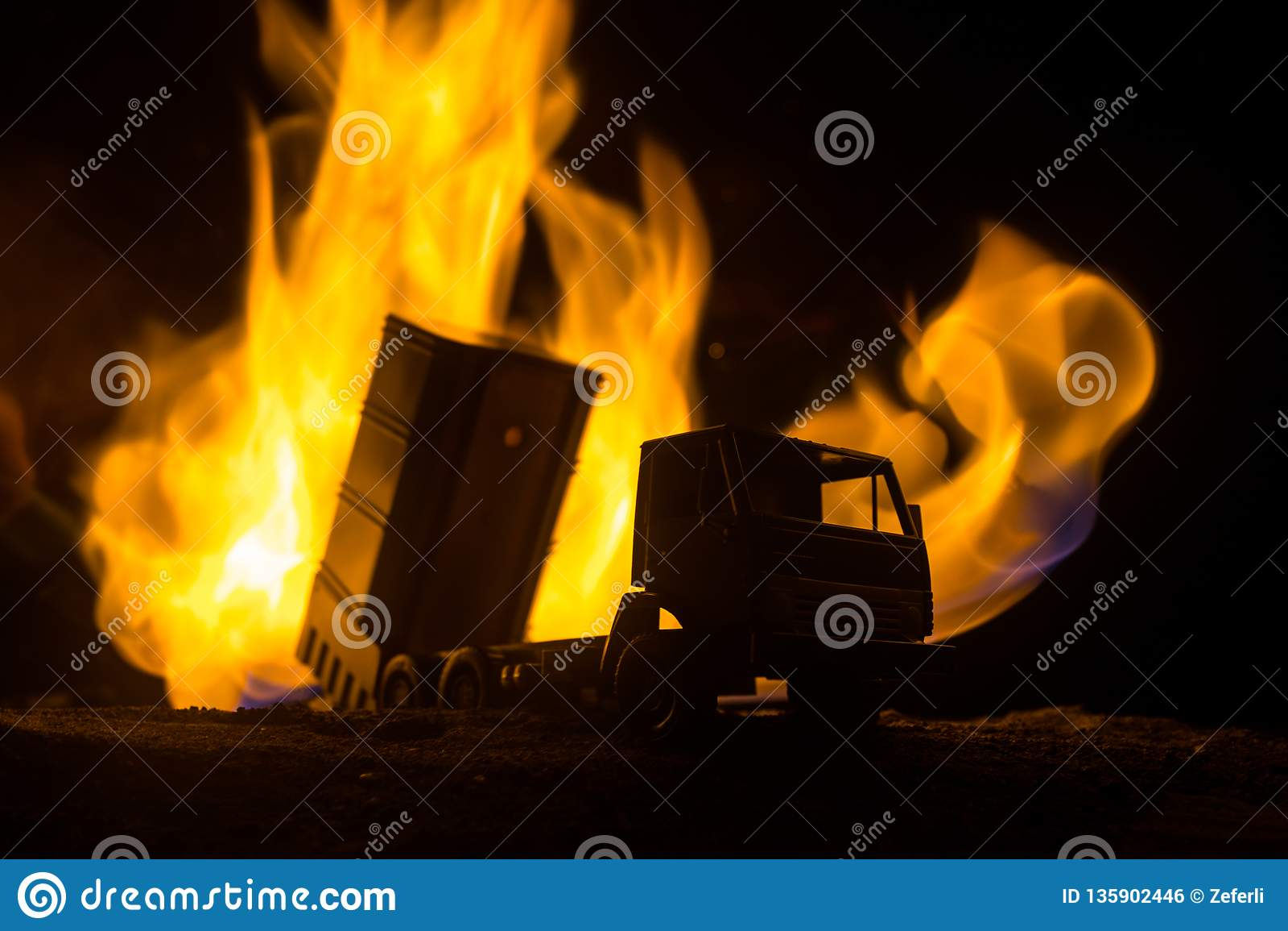 Rakietowy wodowanie z pożarniczymi chmurami Batalistyczna scena z rakietowymi pociskami z głowicą bojowa Celował przy Ponurym nie