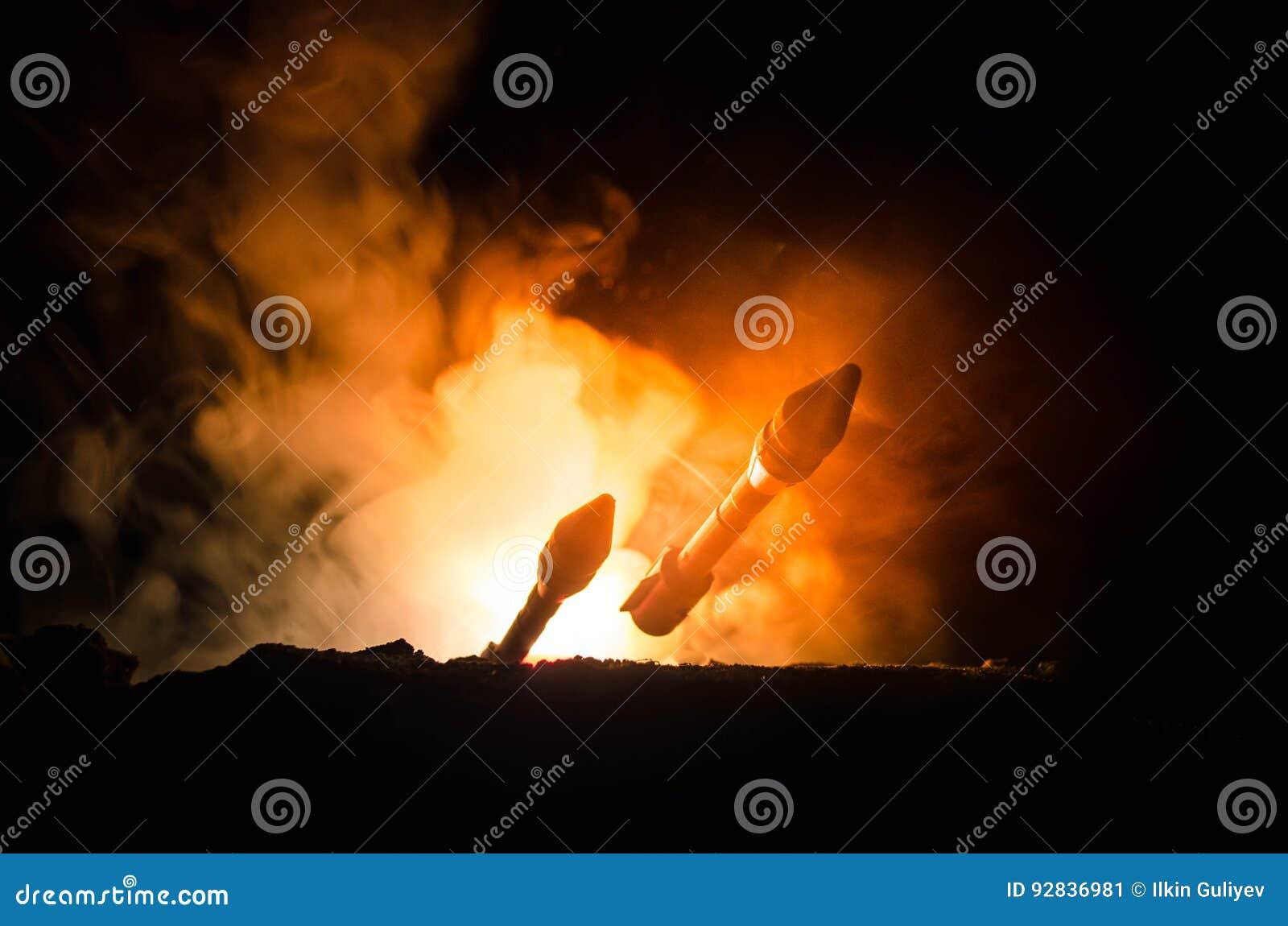 Rakietowy wodowanie z pożarniczymi chmurami Jądrowi pociski Z głowicą bojowa Celowali przy Ponurym niebem przy nocą Balistic raki