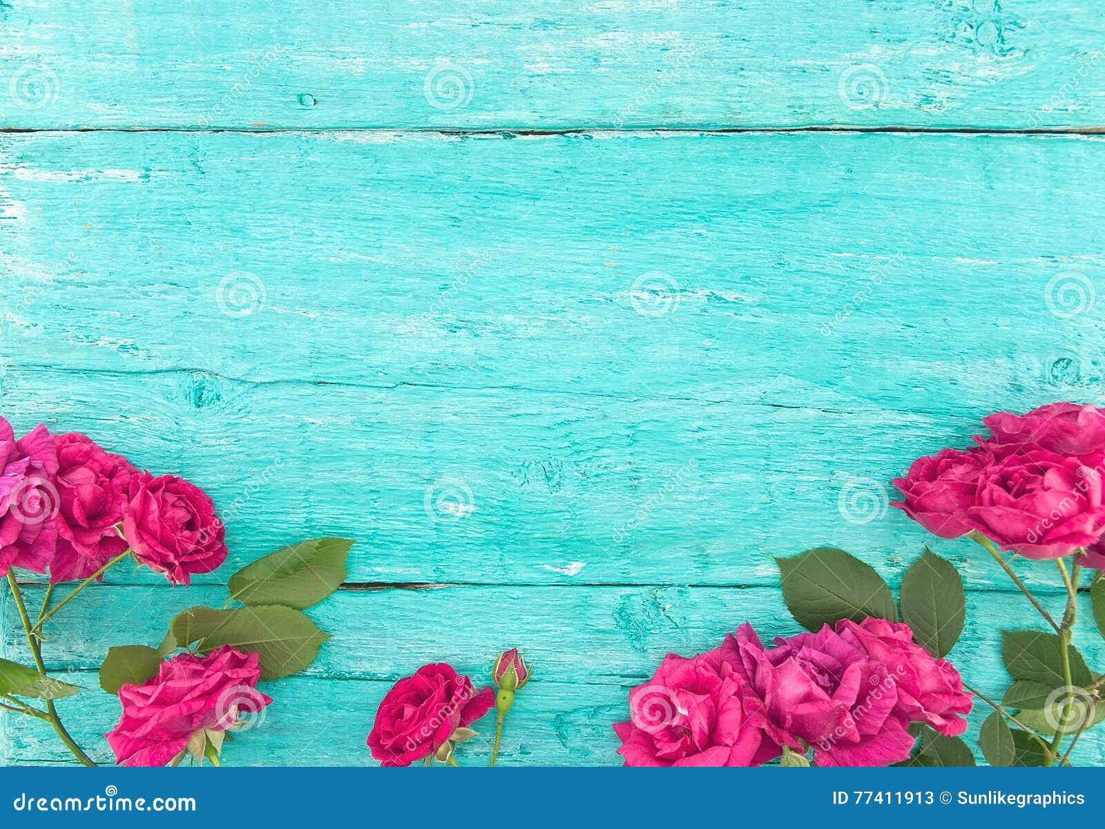 Ram av rosor på lantlig träbakgrund för turkos Vårflo