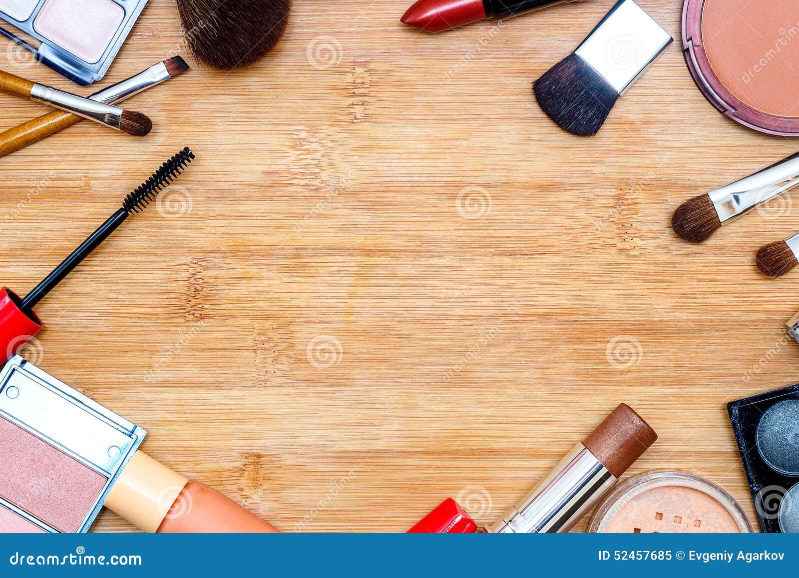 Ram med olika makeupprodukter