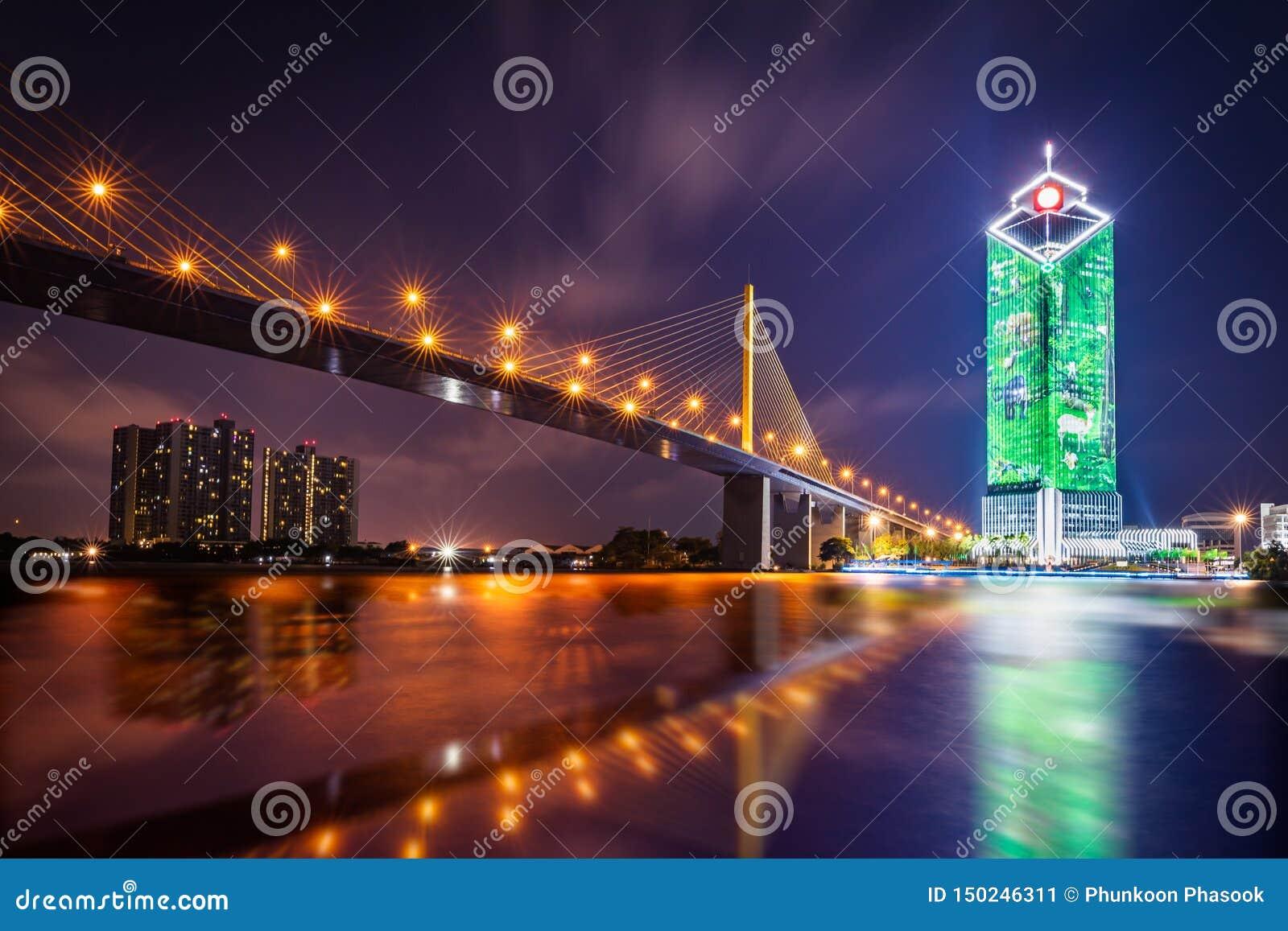 Rama IX bro på Chao Phraya River på natten