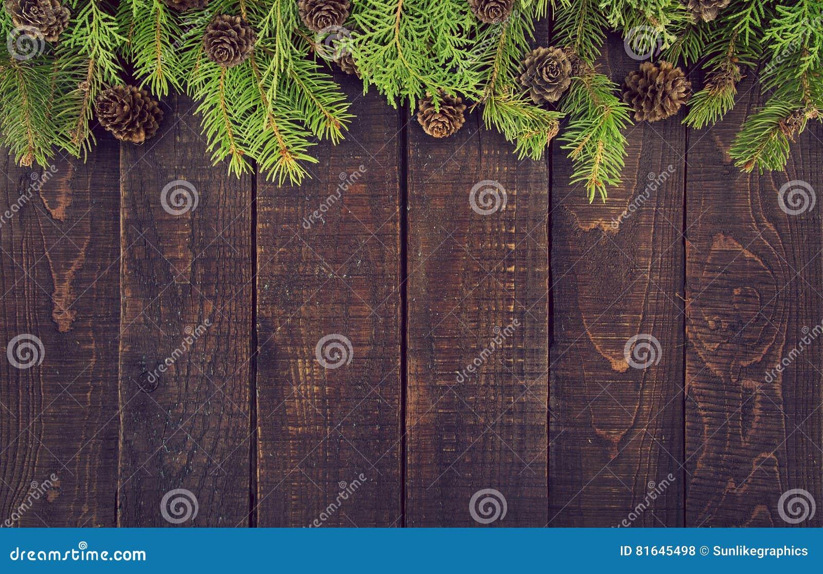 Rama od dekorującej choinki na nieociosanym drewnianym tle