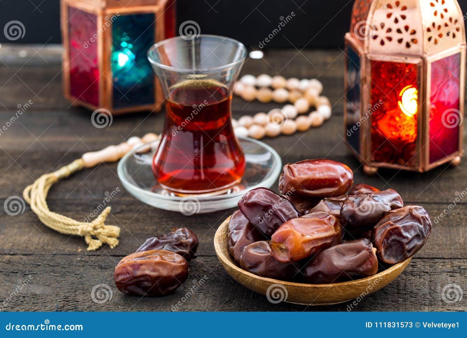Ramadan Kareem Festive, Abschluss oben von Daten an der hölzernen Platte und ro
