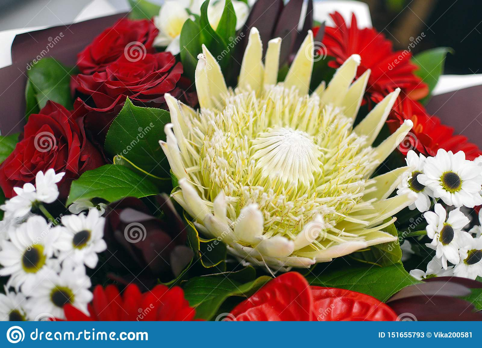 Ramalhete bonito das flores em uma caixa à moda do chapéu