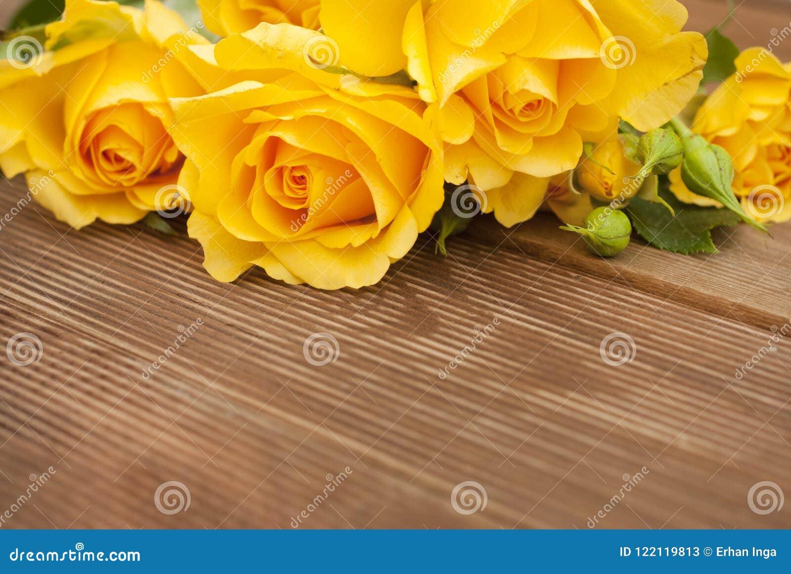 Ramalhete bonito das rosas sobre a tabela de madeira Copie o espaço Flores do yeelow do vintage
