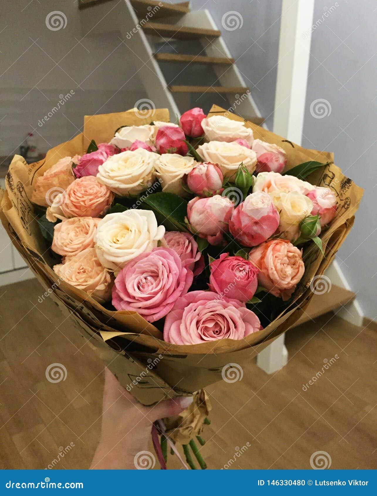 Ramalhete com poucas flores cor-de-rosa cor-de-rosa na casa
