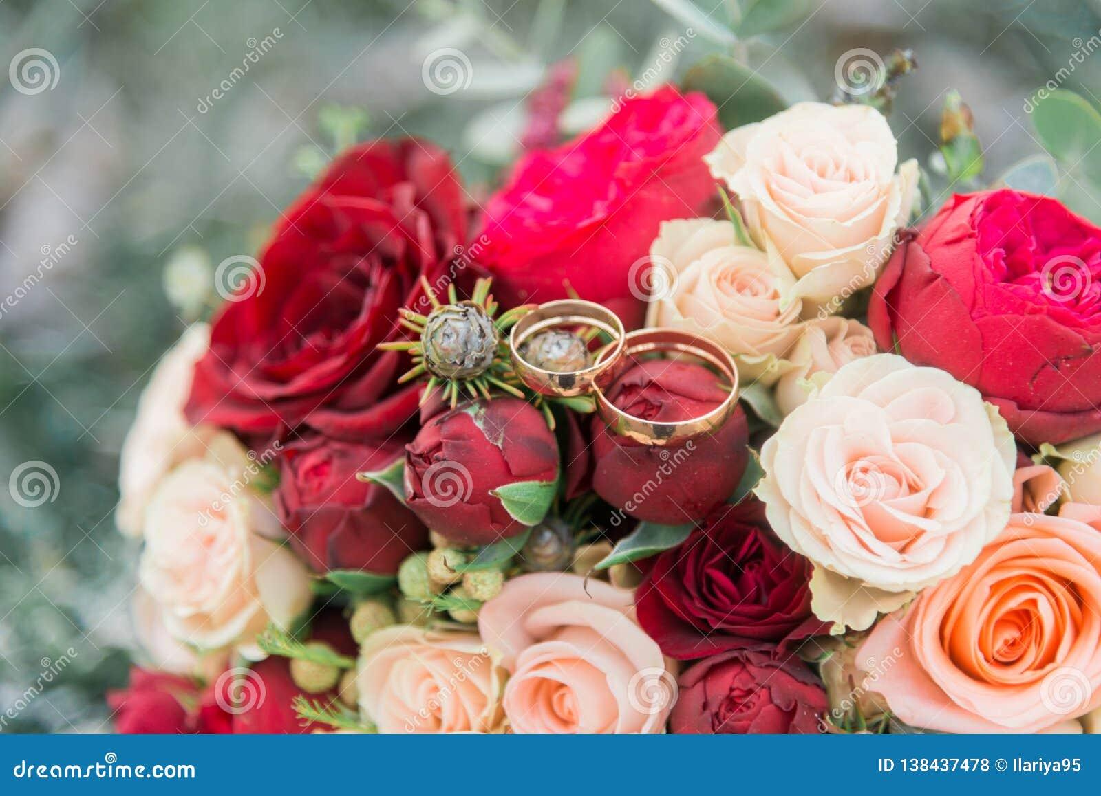 Ramalhete das flores E Ramalhete nupcial Floristics Anéis de casamento