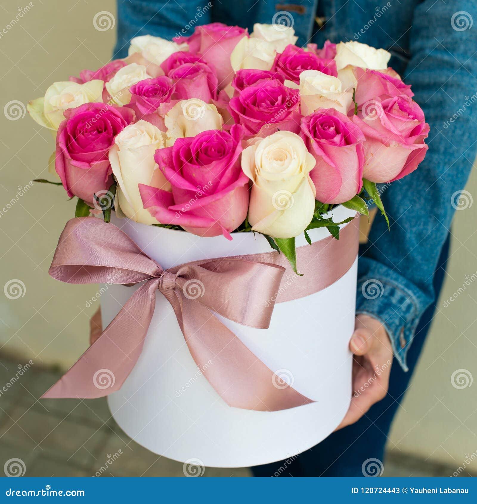 Ramalhete das rosas em uma caixa