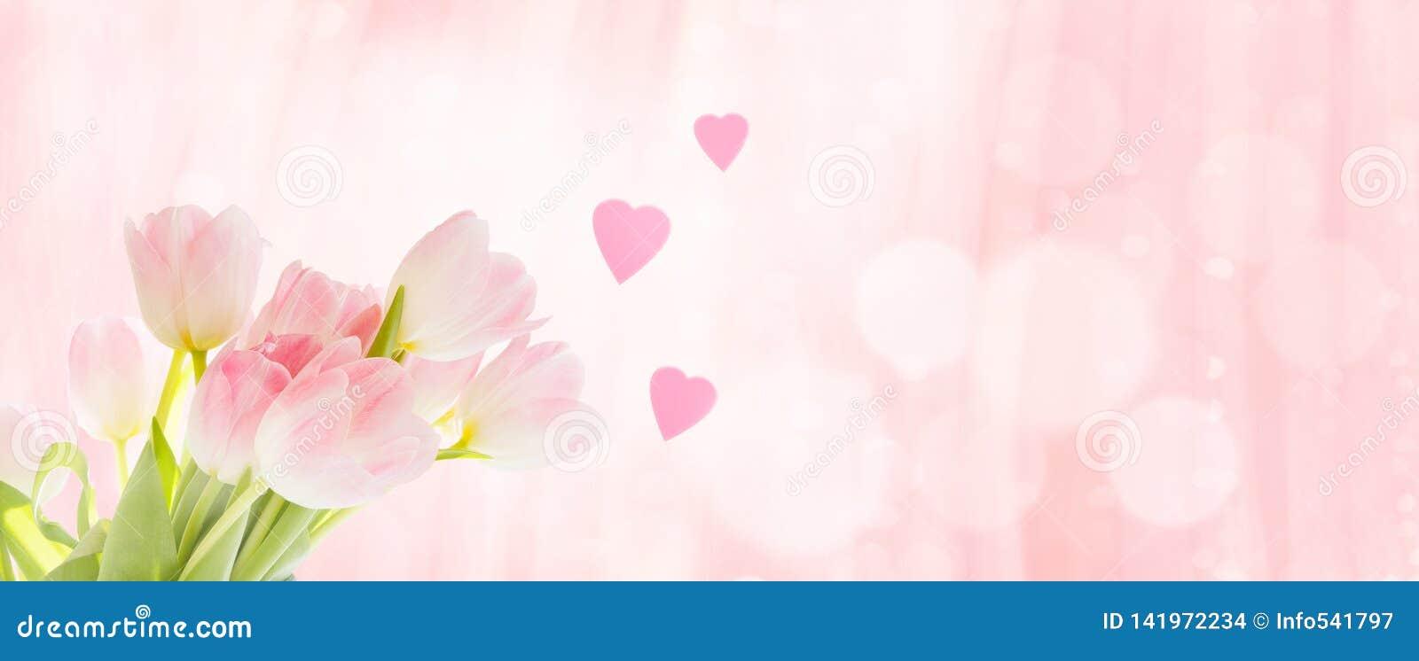 Ramalhete das tulipas com corações como um cumprimento