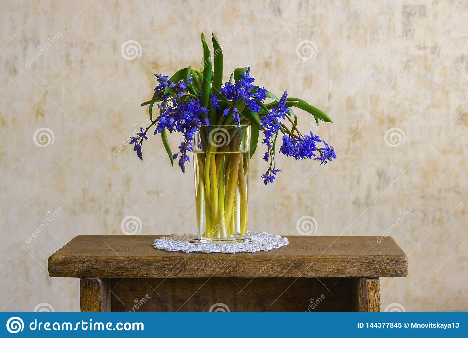 Ramalhete de flores da floresta na mão fêmea