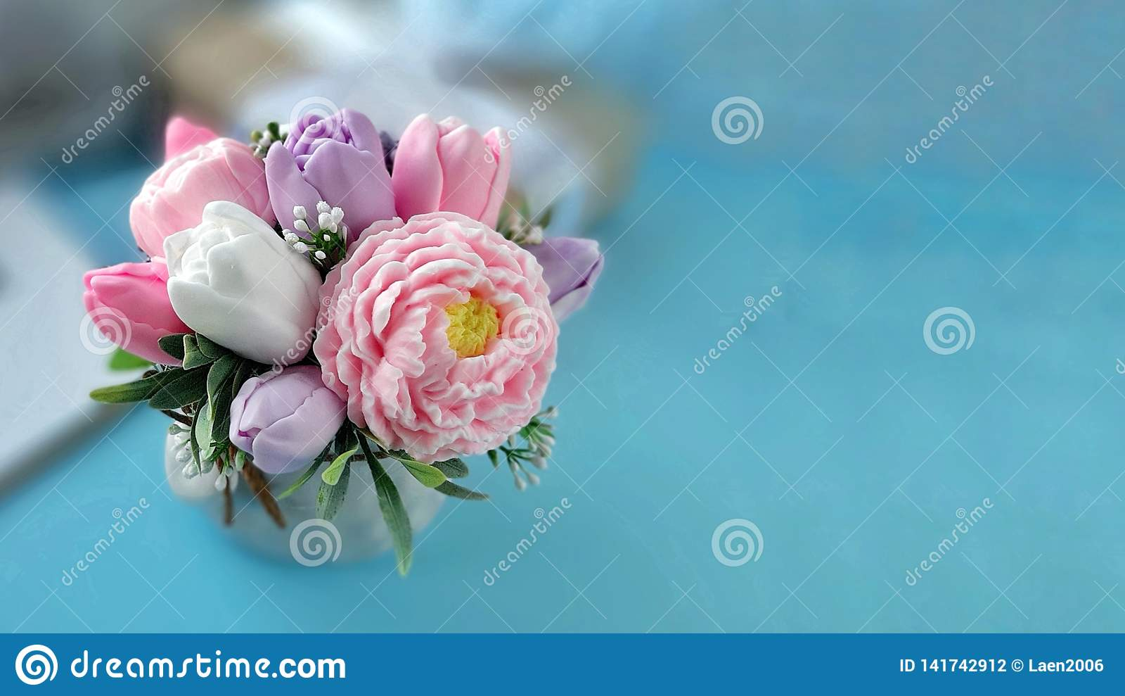 Ramalhete de flores do sab?o no fundo azul borrado
